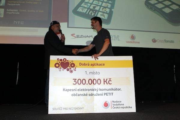 Ondřej Zapletal (vpravo) z Nadace Vodafone poskytuje podporu nejlepší Dobré aplikaci