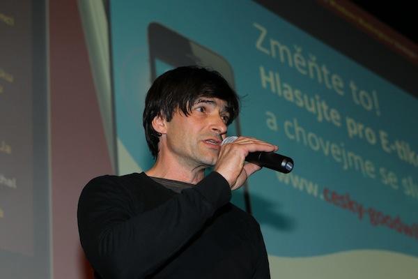 Moderátor, zpěvák, herec a fotograf Zdeněk Podhůrský prezentoval písní aplikaci E-tiketa do kapsy. Foto: Tomáš Pánek