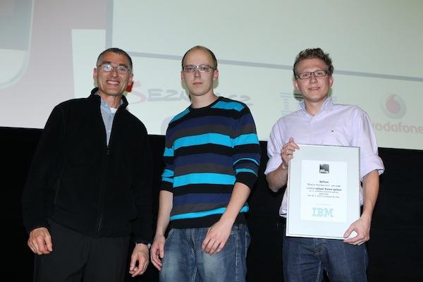 Stanislav Dvořák a Štěpán Šonský převzali trofej za nejlepší firemní aplikaci od Pavla Hrabiny z IBM (vlevo). Foto: Tomáš Pánek