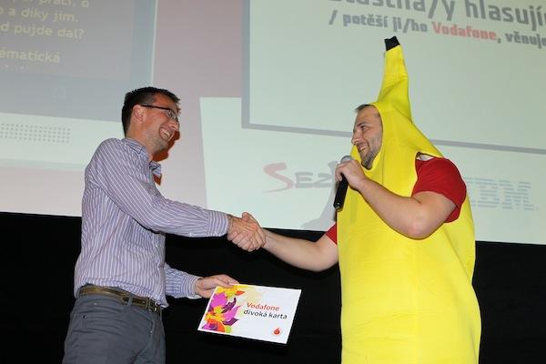 Tomáš Peterka z Vodafonu předal Divokou kartu banánu z Flinqu. Foto: Tomáš Pánek