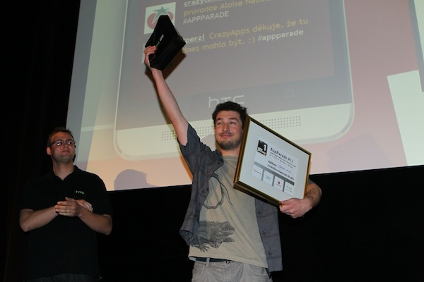 Cenu pro vítěze diváckého hlasování od Jana Kuštána, promotéra HTC, převzal Mikuláš Sychra. Foto: Tomáš Pánek