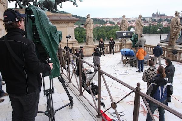 Zázemí zpravodajského vysílání Primy ze střechy Národního divadla