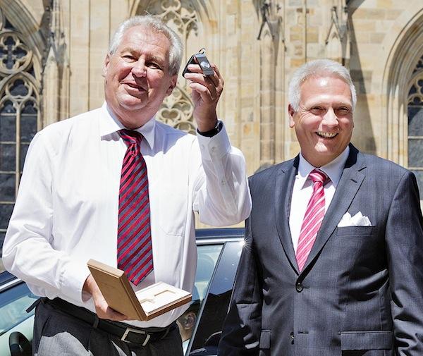 Miloš Zeman přebral vůz osobně od Winfrieda Vahlanda. Foto: Škoda Auto