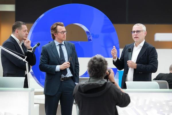 Kamil Čermák, André Warnecke a Zdeněk Bakala v novém newsroomu Economie za 100 milionů Kč