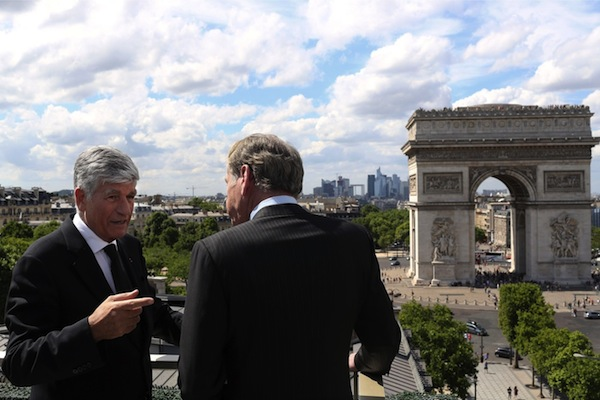 Šéf Publicisu Maurice Levy (vlevo) a Omnicomu John Wren při tiskové konferenci v Paříži. Foto: Profimedia.cz