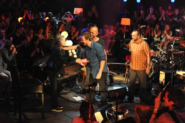 Pokračují akustické koncerty z pražského Retra. Před létem se na jednom z nich potkali Wohnout s Evou Pilarovou