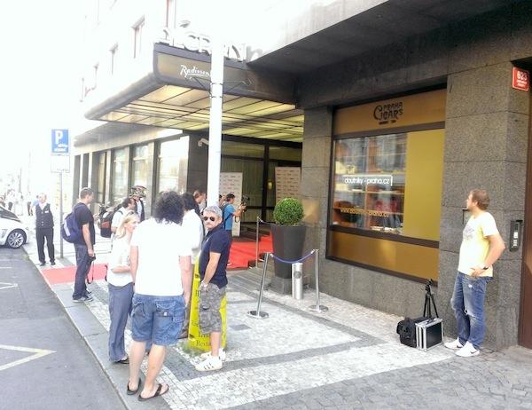 Tiskovka proběhla v pražském hotelu Alcron, v popředí komici Genzer a Suchánek