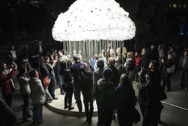 Součástí festivalu bude i aplikace Cloud, v níž si lidi budou moci rozsvěcet či zhasínat světla