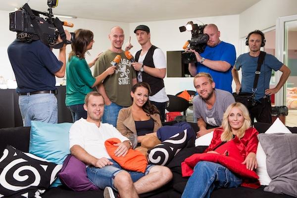 Moderátoři VyVolených: sedící vpředu Pavel Cejnar, Agáta Prachařová, Libor Bouček, Tereza Pergnerová. Foto: TV Prima