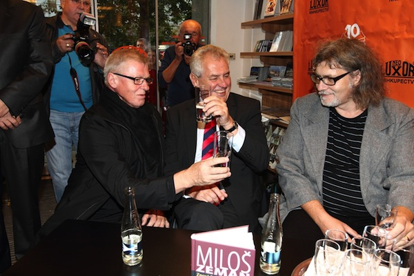Petr Žantovský mimo jiné píše knižní rozhovory s politiky. Zde na křtu knihy Miloše Zemana Zpověď informovaného optimisty, v říjnu 2012 v pražském Neoluxoru. Foto: Profimedia.cz