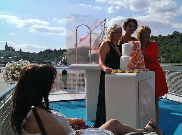 Patnáct let pořadu Sama doma si dnes jeho tváře připomněly slavnostní odpolední plavbou lodí po Vltavě. Uprostřed Iva Kubelková, vpravo Stanislava Lekešová. V popředí sedící herečka Nela Boudová