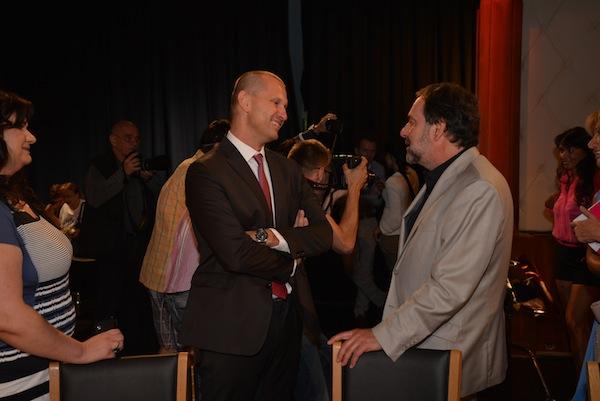Jaromír Soukup a Radek John na tiskové konferenci televize Barrandov. Vlevo přihlíží Marcela Hrdá, výkonná ředitelka Barrandova. Vpravo v pozadí Heidi Janků