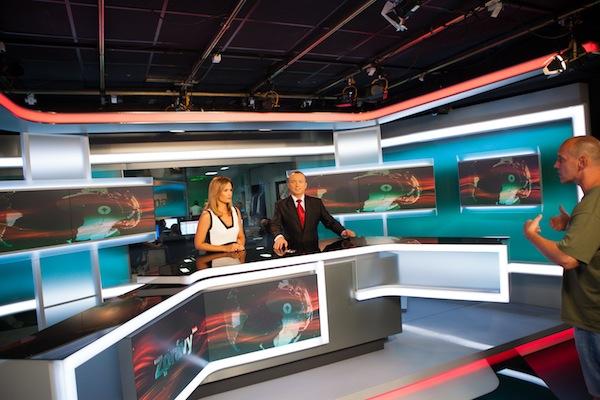Klára Doležalová a Karel Voříšek ve zpravodajském studiu Primy. Foto: TV Prima