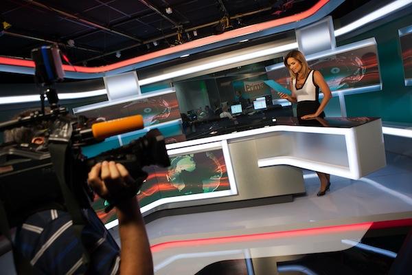 Klára Doležalová ve zpravodajském studiu Primy. Foto: TV Prima
