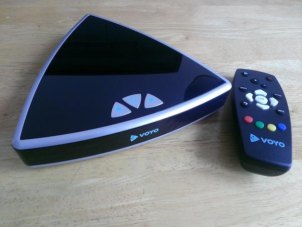 Voyo Player se dodává s jednoduchým dálkovým ovládáním včetně baterií, dále s napájecím adaptérem a s HDMI kabelem