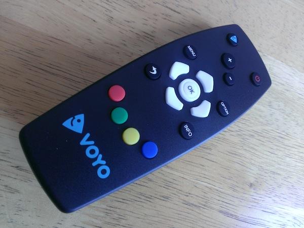 Voyo Player se dodává s jednoduchým dálkovým ovládáním včetně baterií