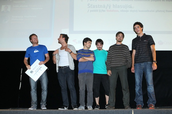 Tým tvůrců aplikace Chronicles vlevo s prezentujícím Tomášem Gogárem. Foto: Tomáš Pánek