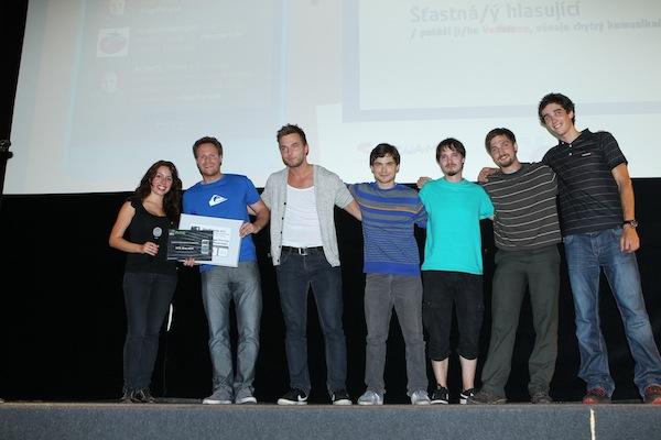 Vítězové diváckého hlasování dostali od HTC poukázku na model One Mini, který tu teprv půjde do prodeje. Foto: Tomáš Pánek