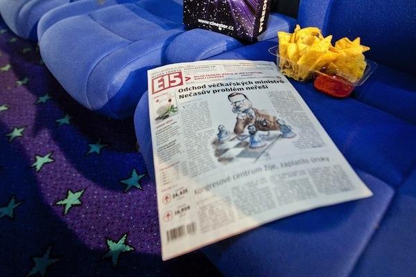 Deník E15 na sedadle v kině Cinestar. Foto: Profimedia.cz