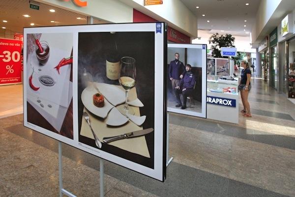 Lidové noviny si letos připomínají 120 let existence, mimo jiné výstavami fotografií ve veřejných prostorách. Foto: Slavomír Kubeš / Mafra / Profimedia.cz