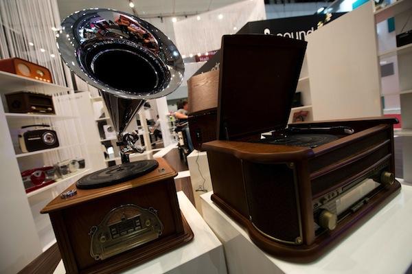 Přístroj kombinující gramofon, tuner a přehrávač CD od firmy Soundmaster. Foto: Profimedia.cz