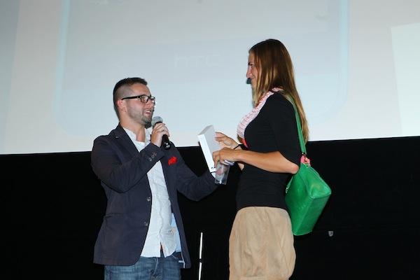 Vybranou hlasující byla v pondělí jistá Tereza, dostala telefon od Jakuba Komendy z Vodafonu. Foto: Tomáš Pánek