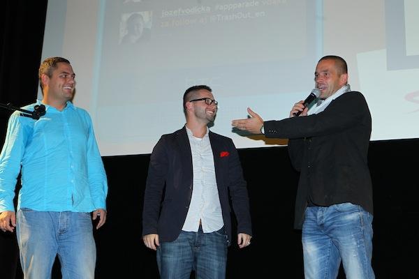 Divokou kartu Vodafonu si odnesli bratři Zvěřinovi Pavel (vlevo) a Petr (vpravo). Uprostřed Jakub Komenda z Vodafonu, který ocenění, slibující mohutnou komunikační podporu, předal. Foto: Tomáš Pánek