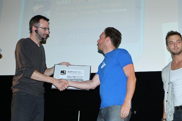 Moderátor večera Ondřej Aust předává zlatou cenu prezentujícímu Tomáši Gogárovi. Foto: Tomáš Pánek