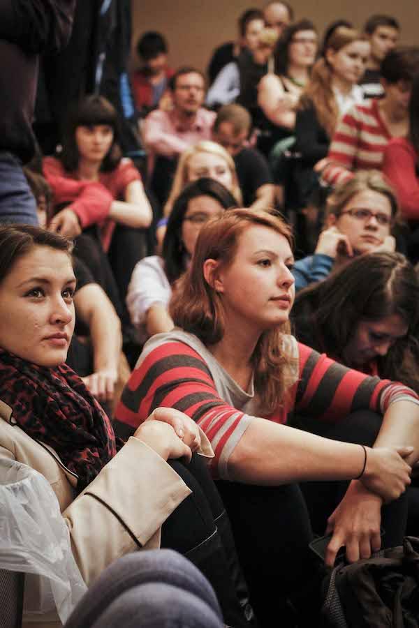 Diskusi přihlížela zaplněná učebna číslo 215. Foto: Katka Písačková