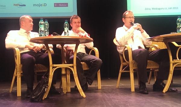 Zleva David Hurta, Roman Latuske a Jaromír Skopalík v debatě v pražském divadle Archa