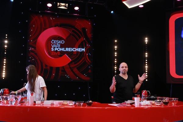 Zdeněk Pohlreich ve své nové show vaří v přímém přenosu. Foto: TV Prima