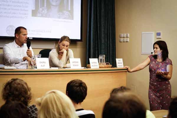 Debatu řídila pedagožka se zkušeností redaktorky ČT Alice Němcová Tejkalová. Foto: Katka Písačková