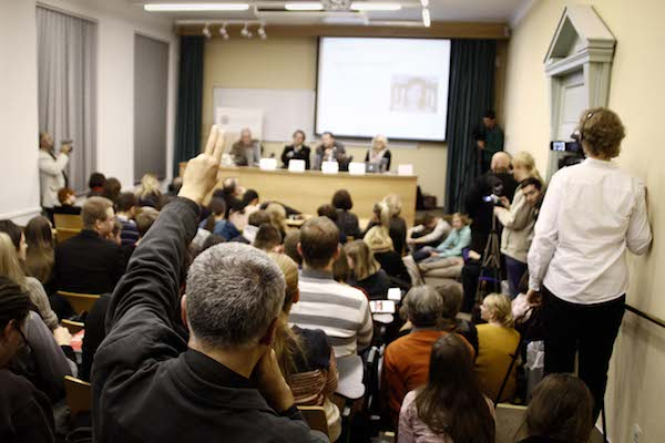Debata opět proběhla před zaplněnou učebnou 215. Foto: Katka Písačková
