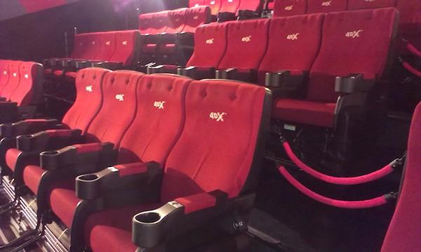 Sedadla v kinosále umožňujícím tzv. čtyřrozměrnou projekci filmu