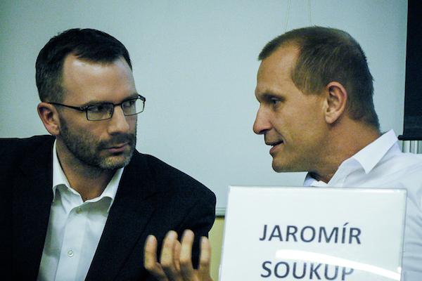Autor rozhovoru a Jaromír Soukup na debatě se studenty Univerzity Karlovy koncem října. Foto: Aleš Borovan