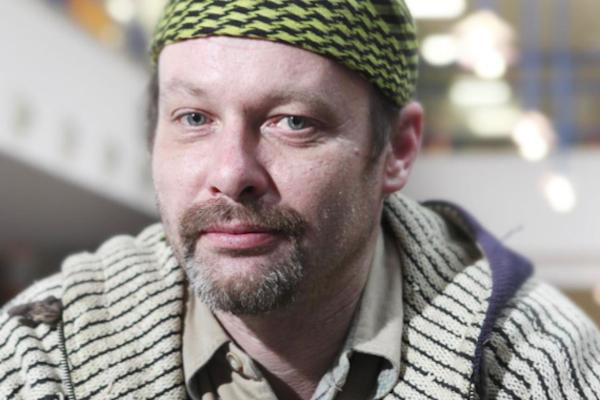 Mezi prvními se na obrazovce objeví pětačtyřicetiletý Petr Bláha, původní profesí zámečník, který hrál automaty, načež se mu rozpadla rodina a on skončil osm let na ulici. Foto: Česká televize