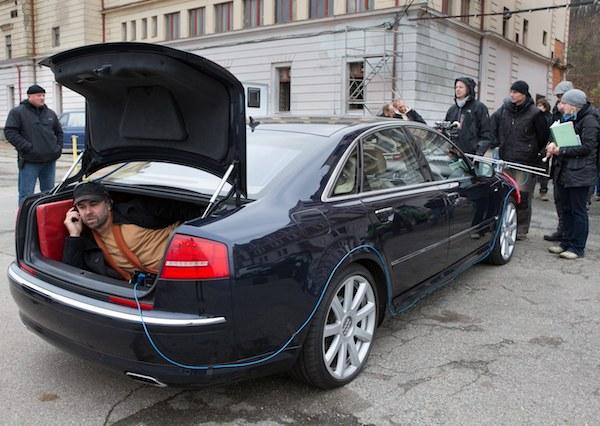 Režisér Dan Svátek v kufru vozu. Foto: ČT