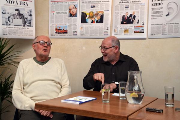 Václav Bělohradský a Jaroslav Veis při diskusi v pražském Langhansu letos v červnu