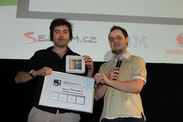 Za vítězství v hlasování diváků dostal Dominik zlatý HTC One, od zástupce výrobce Davida. Foto: Tomáš Pánek