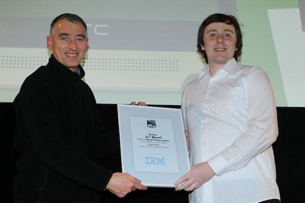 Ocenění pro nej firemní aplikaci obdržel Air Bond od Inmitu, cenu Petru Dvořákovi předal Pavel Hrabina z IBM. Foto: Tomáš Pánek