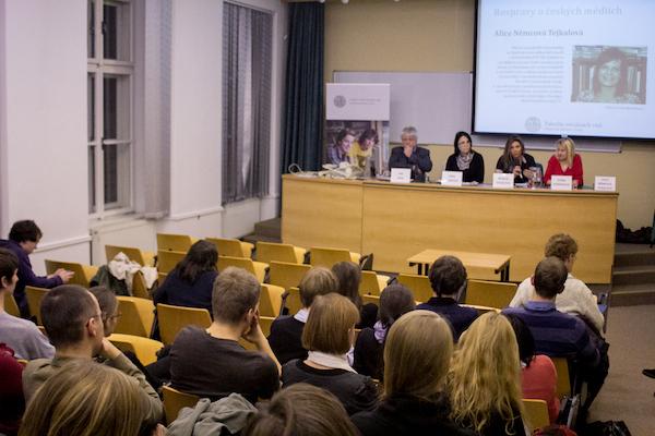 Tradičním místem mediálních rozprav je učebna 215 v pražském Hollaru. Foto: Tereza Menclová