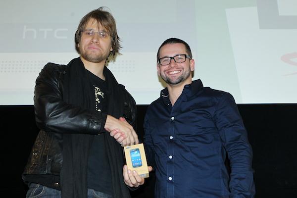 Hlasující Michal Vrchota vyhrál pro svou přítelkyni Samsung Galaxy S4 mini, předával Jakub Komenda z Vodafonu. Foto: Tomáš Pánek