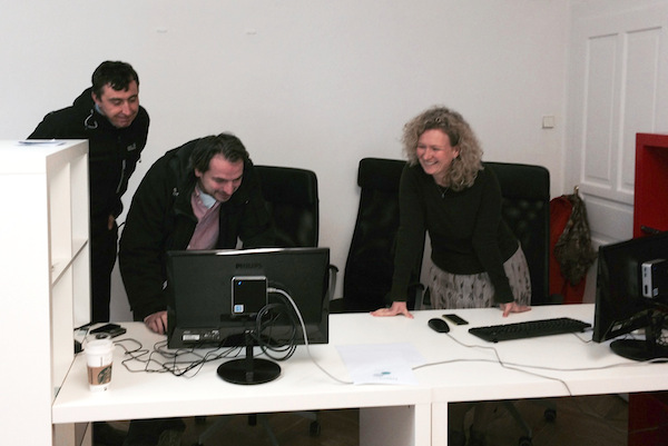 Investor projektu Jan Klenor (vlevo) dohlíží na činnost redaktorů Jana Dražana a Kamily Klausové. Foto: archiv Echo24