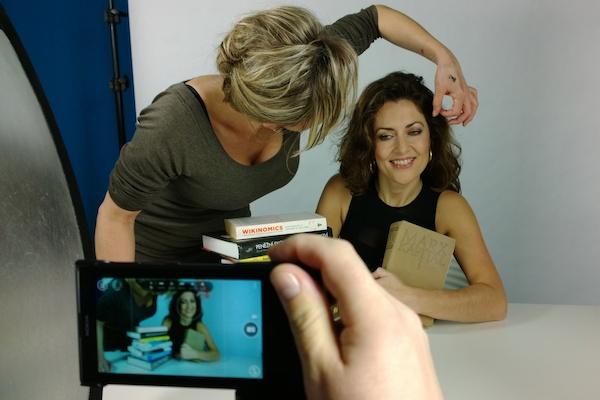 Fotografovalo se ve studiu mobilním telefonem. Stylistka připravuje komentátorku Julii Hrstkovou