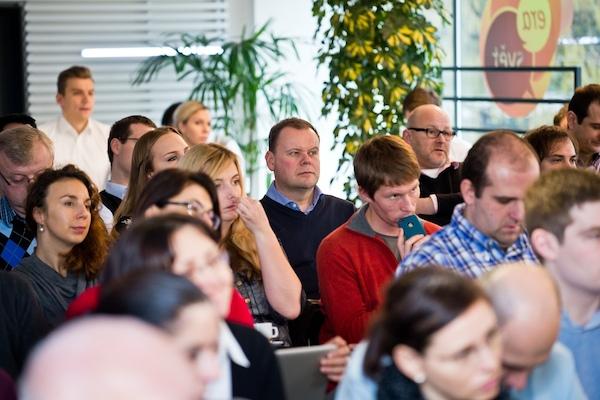 Přihlíží Petr Majerik, šéf mediazastupitelství Atmedia. Foto: Vojta Herout