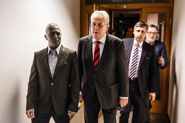 Šéf rozhlasu Peter Duhan (vzadu) při prezidentské volbě. František Vlček / Mafra / Profimedia.cz