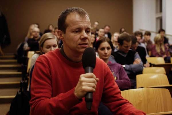 Mezi diskutujícími diváky byl Alex Röhrich, jazykový odborník a pedagog. Foto: Kateřina Písačková