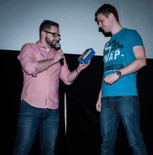 Jakub Komenda předal vybranému hlasujícímu - též Jakubovi - Nokii Lumia 625. Foto: Martina Votrubová