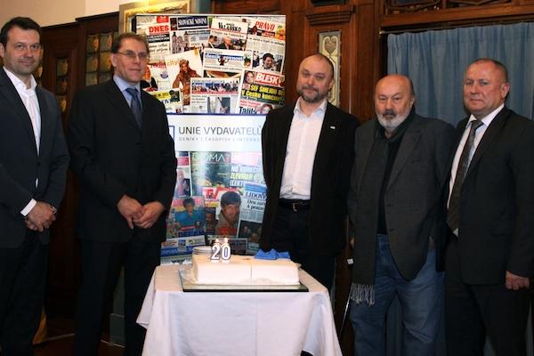 Zástupci vydavatelství a Unie vydavatelů nad dortem