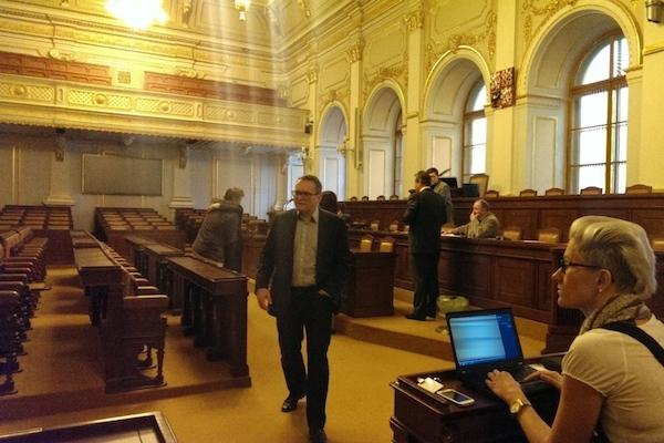 Veřejné slyšení probíhá v hlavním sále poslanecké sněmovny